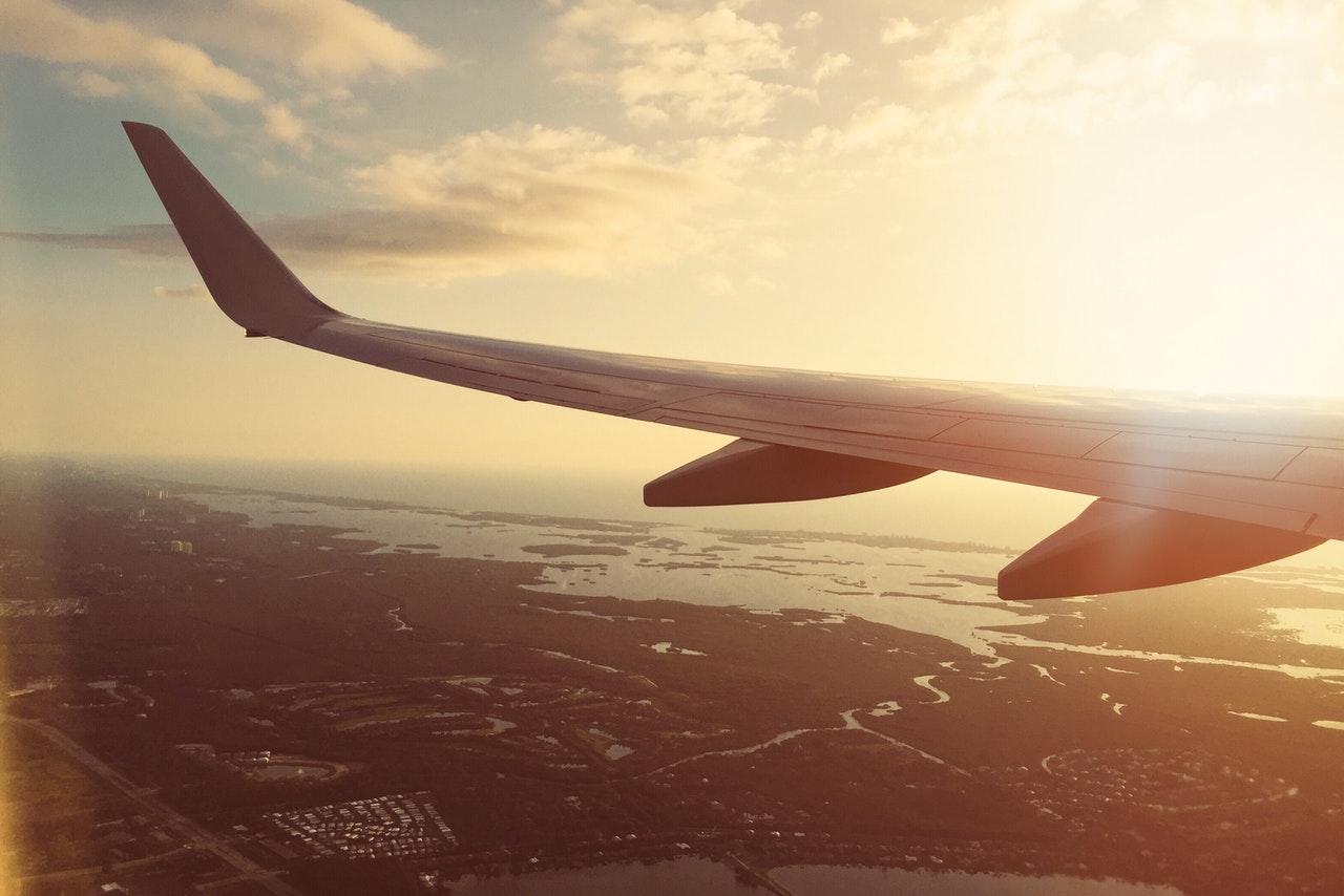 Flygplansvinge i solen